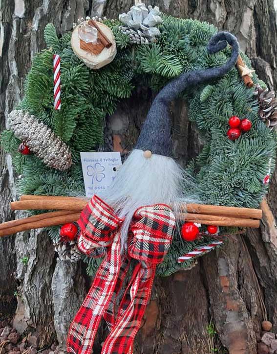 Ghirlanda di abete normandiano fresco argentato abbellita con fiocchi e pendagli di Natale, stile country classic.
