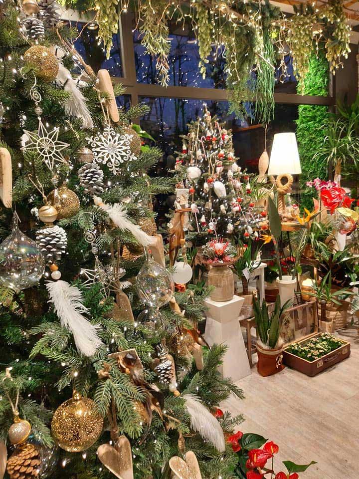 Allestimento Natale con alberi e oggettistica stile country classic, colori freddi, pendagli per alberi di Natale.