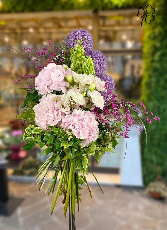 Mazzo di fiori - Ortensia, Lisianthus, Allium, Molucella, Limonium, Edera variegata e verde di pregio.