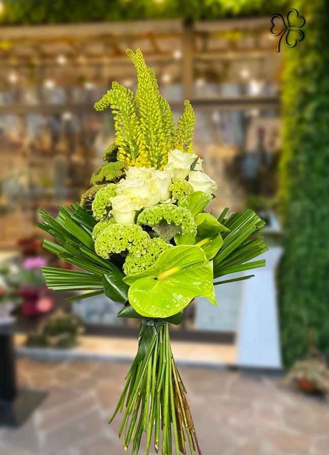 Composizione floreale composta da fiori di Eremorus, rose bianche, Anthurium, Celosie e verdi di pregio.