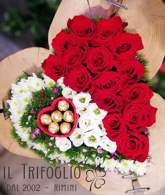 Composizione San Valentino a forma di cuore con rose rosse, margherite e Lisianthus bianchi, Dianthus colorati. Cioccolatini Ferrero Rochet.