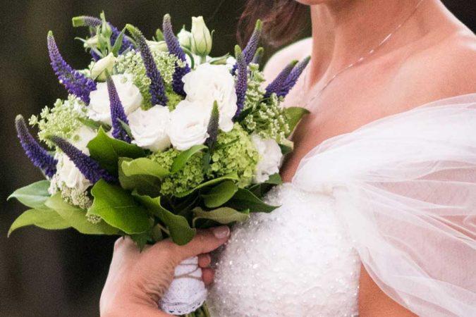 Bouquet da sposa stile shabby con verbena, lisianthus, viburno e fiori di campo