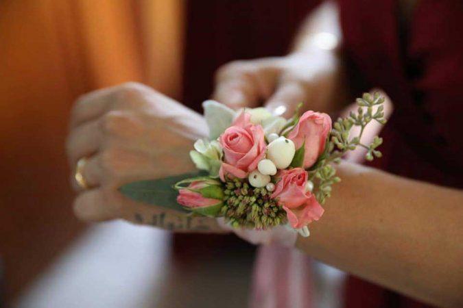Bracciale damigella con roselline rosa e bacche di pernettya bianca