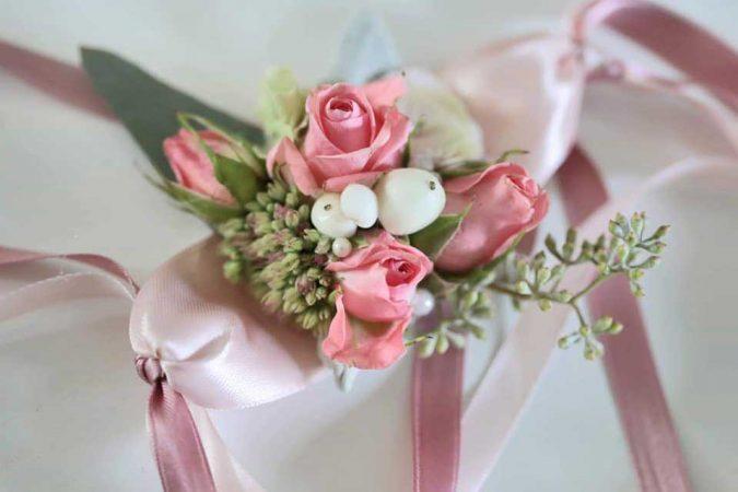 Bracciale damigella in raso color cipria e roselline rosa