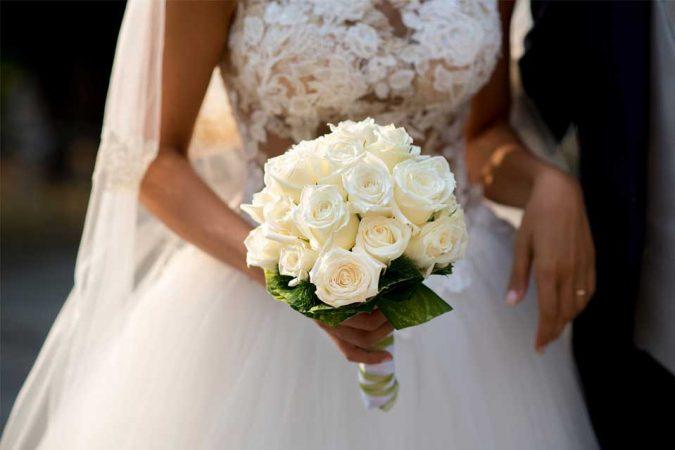 Buoquet da sposa a semisfera con rose bianche