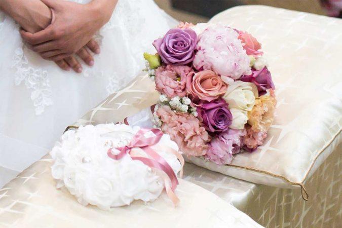 Bouquet da sposa romantico con rose di diverse varietà e colori, peonie e lisianthus