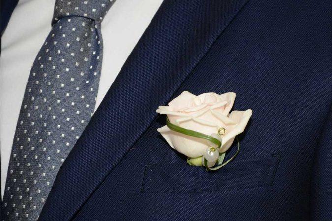 Spilla sposo con rosa bianca rifinita con filo di Bear Grass e perle