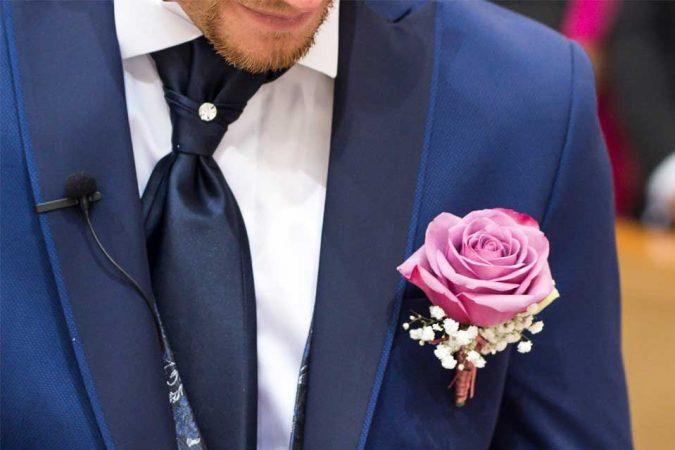 Spilla sposo con rosa viola antico e gypsophila